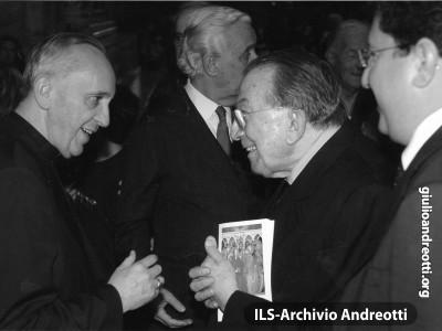 Caloroso incontro di Giulio Andreotti con il cardinale Jorge Bergoglio, futuro papa Francesco.