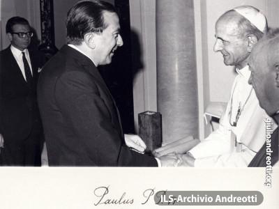 Foto con dedica dell'incontro con papa Paolo VI a Bogotà, il 13 agosto 1968, in occasione del Congresso eucaristico internazionale