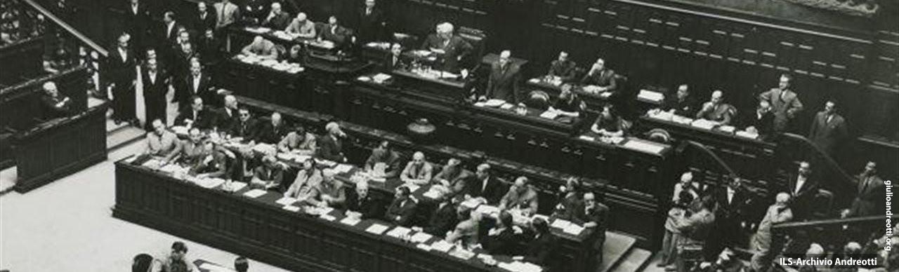 Inaugurazione dell'Assemblea Costituente il 25 giugno 1946. Andreotti, segretario della seduta, è riconoscibile al banco della presidenza