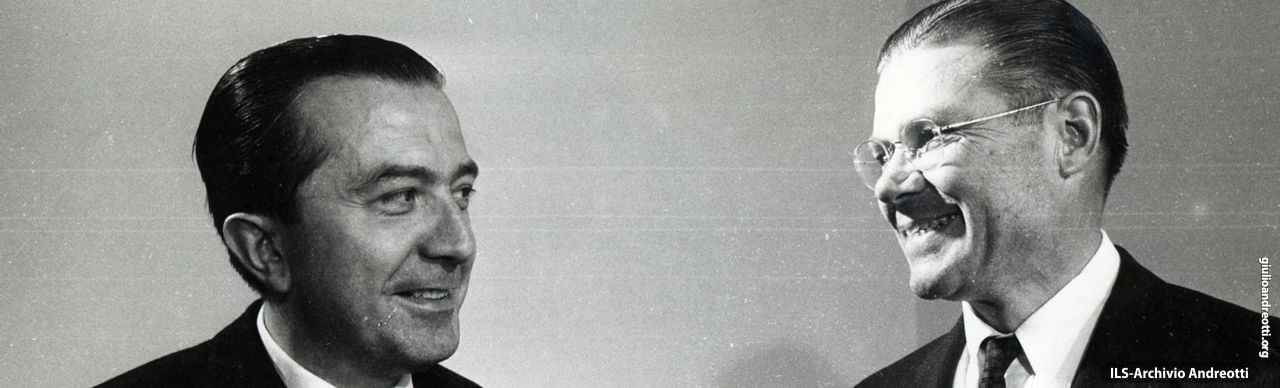 Ottawa, 1963. Sessione ministeriale del Comitato NATO Piani di difesa. Andreotti con Robert Mc Namara.